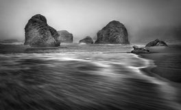 Pile del mare, costa nebbiosa dell'Oregon Fotografie Stock