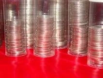 Pile della moneta in chiari tubi fotografie stock libere da diritti