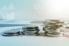 Pile della moneta su carta del grafico finanziario Icone dei grafici, worldwi immagine stock