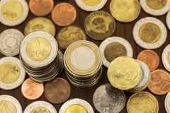 Pile delle monete, varie valute, concetto di risparmio Fotografia Stock