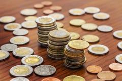 Pile delle monete, varie valute, concetto di risparmio Immagini Stock