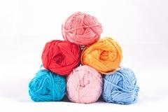 Pile des écheveaux colorés Image libre de droits