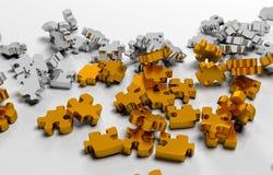 Pile des éléments de puzzle d'or Images stock