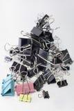 Pile des agrafes de reliure en métal pour le papier différentes tailles et couleurs image libre de droits