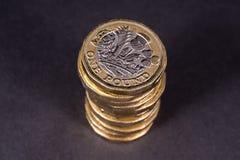 Pile des Anglais pièces de monnaie d'une livre Photo libre de droits