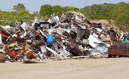 Pile des articles utilisés et non désirés en métal à la décharge prête à être réutilisé Photos libres de droits