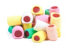 Pile des bâtons colorés de sucrerie sur le blanc Image stock