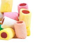 Pile des bâtons colorés de sucrerie sur le blanc Photos stock