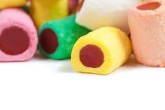 Pile des bâtons colorés de sucrerie sur le blanc Photo libre de droits