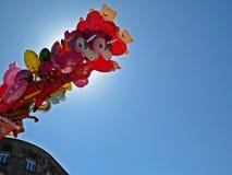 Pile des ballons volants remplis par hélium pour des enfants avec le ciel et du Sun à l'arrière-plan, mai 2018, Varsovie Pologne Photo stock