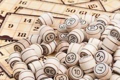 Pile des barillets sur des cartes de bingo-test Photographie stock
