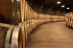 Pile des barils de vin dans une cave photo stock