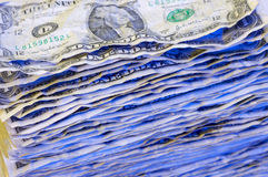 Pile des billets d'un dollar chiffonnés. Photos stock