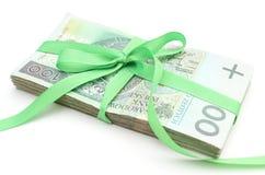 Pile des billets de banque avec le ruban vert, d'isolement sur le fond blanc Image stock