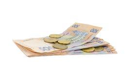 Pile des billets de banque modernes et de plusieurs pièces de monnaie de hryvnia ukrainien Image libre de droits