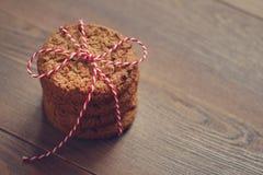 Pile des biscuits attachés par une corde sur la table en bois Sons doux image libre de droits