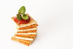Pile des biscuits avec le ketchup sur le dessus Photos libres de droits