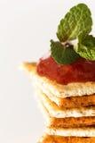 Pile des biscuits avec le ketchup sur le dessus Photographie stock
