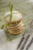 Pile des biscuits de sucre de citron attachés avec la corde et les branches sèches, fond brouillé Image stock