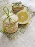 Pile des biscuits de sucre de citron attachés avec la corde sur la nappe de toile, fond brouillé Photos stock