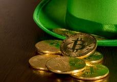 Pile des bitcoins à l'intérieur du jour vert de St Patricks de chapeau Photographie stock libre de droits