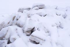 Pile des blocs de glace couverts de neige saisonnier, fond, nature Photos libres de droits