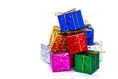 Pile des boîte-cadeau colorés sur le fond blanc photos stock