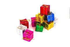 Pile des boîte-cadeau colorés sur le fond blanc photo libre de droits
