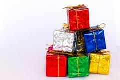 Pile des boîte-cadeau colorés sur le fond blanc photos libres de droits