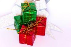 Pile des boîte-cadeau rouges et verts sur le fond blanc image stock