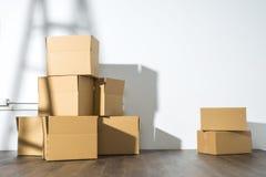 Pile des boîtes en carton sur le fond blanc avec l'ombre d'échelle Photographie stock