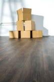 Pile des boîtes en carton sur le fond blanc avec l'ombre d'échelle Images libres de droits
