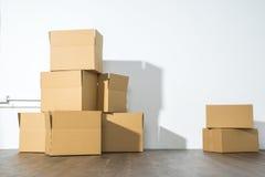Pile des boîtes en carton sur le fond blanc avec l'ombre de boîte Photos libres de droits