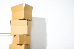 Pile des boîtes en carton sur le fond blanc avec l'ombre de boîte Photographie stock