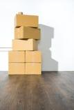 Pile des boîtes en carton sur le fond blanc avec l'ombre de boîte Photo libre de droits