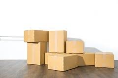 Pile des boîtes en carton sur le fond blanc avec l'ombre de boîte Image stock