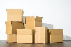 Pile des boîtes en carton sur le fond blanc avec l'ombre de boîte Images stock