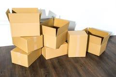 Pile des boîtes en carton sur le fond blanc avec l'ombre de boîte Photo stock