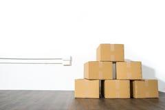 Pile des boîtes en carton sur le fond blanc avec l'ombre de boîte Photos stock