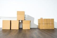 Pile des boîtes en carton sur le fond blanc avec l'ombre de boîte Image libre de droits