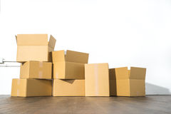 Pile des boîtes en carton sur le fond blanc avec l'ombre de boîte Images libres de droits