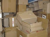 Pile des boîtes en carton utilisées Image stock