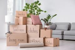 Pile des boîtes et de la substance de ménage mobiles images stock
