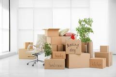 Pile des boîtes mobiles dans la chambre photo stock