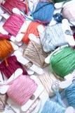 Pile des bobines colorées de l'amorçage Image stock