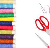 Pile des bobines colorées du fil de lurex et de l'isolat rouge de ciseaux Photo libre de droits