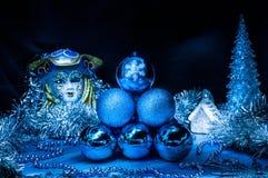 Pile des boules bleues de Noël au centre image stock