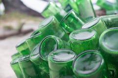 Pile des bouteilles à bière vertes vides Images libres de droits