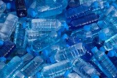 Pile des bouteilles d'eau fraîches