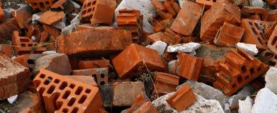 Pile des briques cassées et des différents matériaux de construction, photo d'objets image libre de droits